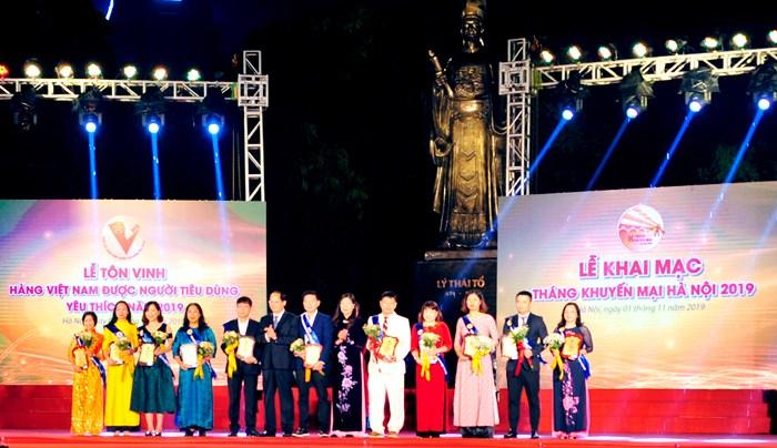 Đại diện VietinBank (thứ hai từ phải sang) nhận chứng nhận từ Ban Tổ chức.