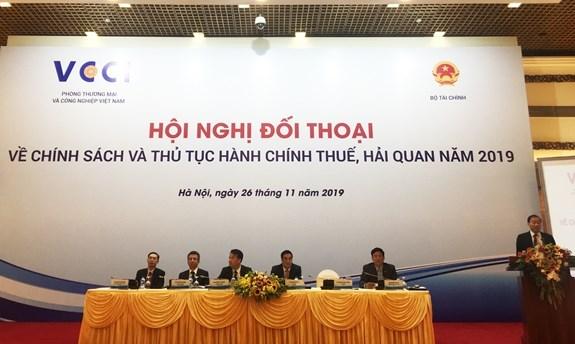 Thứ trưởng Bộ Tài chính Trần Xuân Hà và đại diện Tổng cục Thuế, Tổng cục Hải quan,VCCI tại hội nghị.