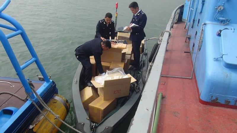 Các cán bộ Hải quan đang kiểm tra hàng hóa vi phạm.