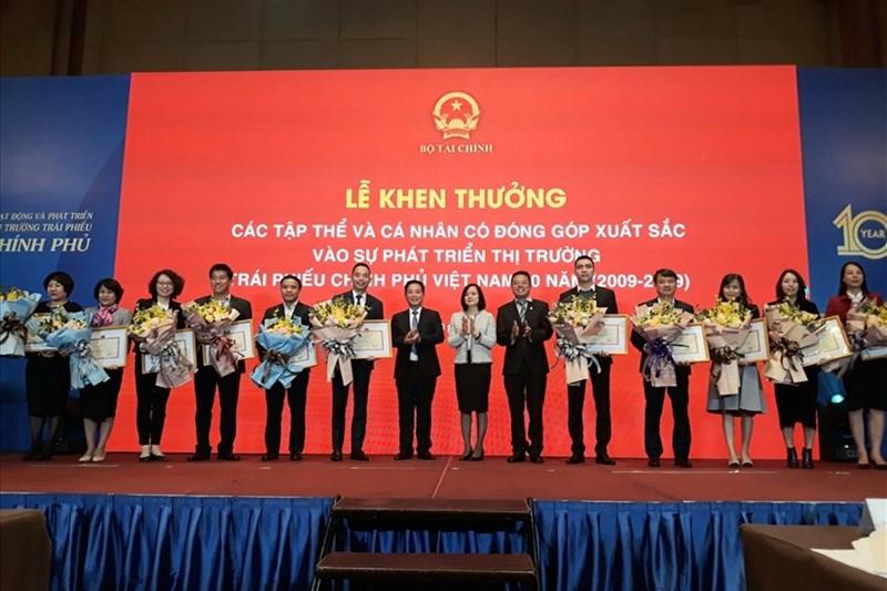11 tập thể được tặng Bằng khen của Bộ trưởng Bộ Tài chính vì có đóng góp xuất sắc vào sự phát triển của thị trường TPCP trong 10 năm qua.