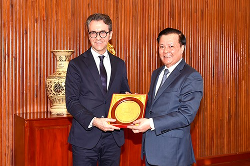 Bộ trưởng Đinh Tiến Dũng tặng quà lưu niệm cho Đại sứ Liên minh châu Âu tại Việt Nam Pier Giorgio Aliberti.