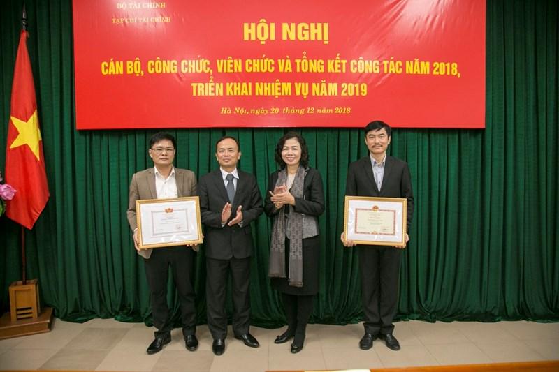 Thứ trưởng Vũ Thị Mai trao tặng danh hiệu Tập thể Lao động xuất sắc cho Tạp chí Tài chính và 01 tập thể thuộc Tạp chí Tài chính.