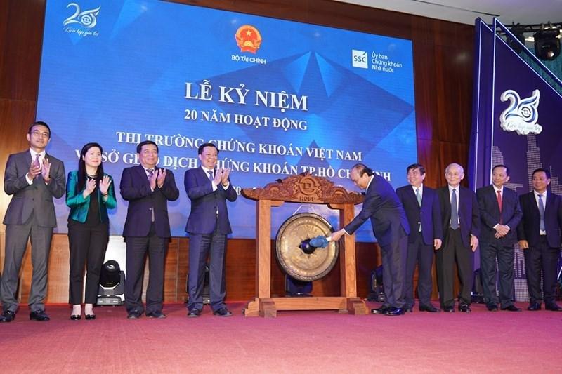 Thủ tướng Nguyễn Xuân Phúc thực hiện nghi thức đánh cồng kỷ niệm 20 năm hoạt động thị trường chứng khoán Việt Nam và Sở Giao dịch chứng khoánTP. Hồ Chí Minh.