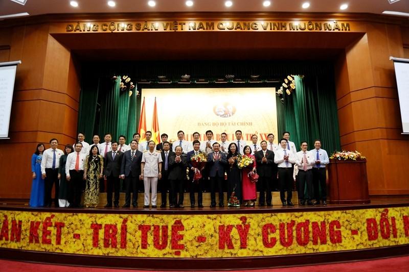 Ban Lãnh đạo Bộ Tài chính chúc mừng Ban Chấp hành Đảng bộ Bộ Tài chính nhiệm kỳ 2020-2025.