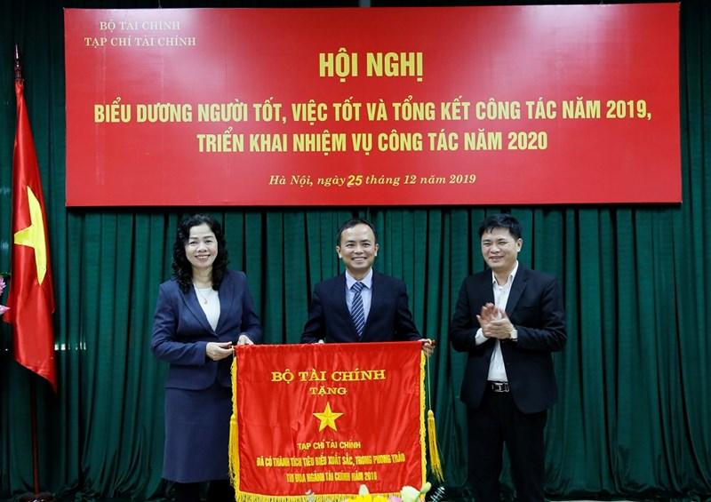 Thứ trưởng Vũ Thị Mai trao tặng Cờ thi đua của Bộ Tài chính cho Tạp chí Tài chính vì đã có thành tích tiêu biểu xuất sắc trong phong trào thi đua ngành Tài chính năm 2018.