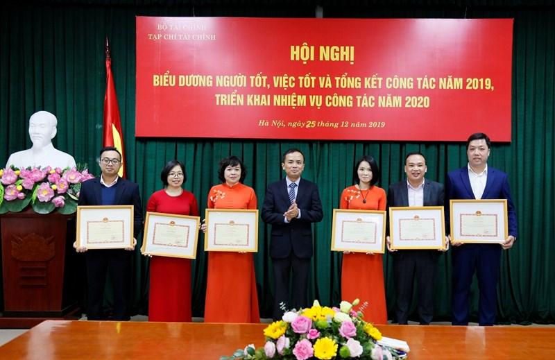 Tổng biên tập Phạm Thu Phong trao tặng Bằng khen của Bộ trưởng Bộ Tài chính cho các tập thể, cá nhân có thành tích xuất sắc.