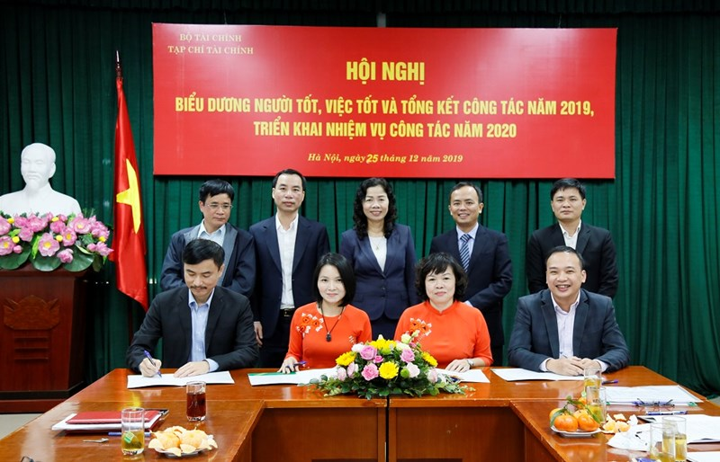 Thứ trưởng Vũ Thị Mai cùng đại diện các đơn vị thuộc Bộ và lãnh đạo Tạp chí Tài chính chứng kiến lễ ký kết giao ước thi đua năm 2020 giữa các Ban của Tạp chí Tài chính.
