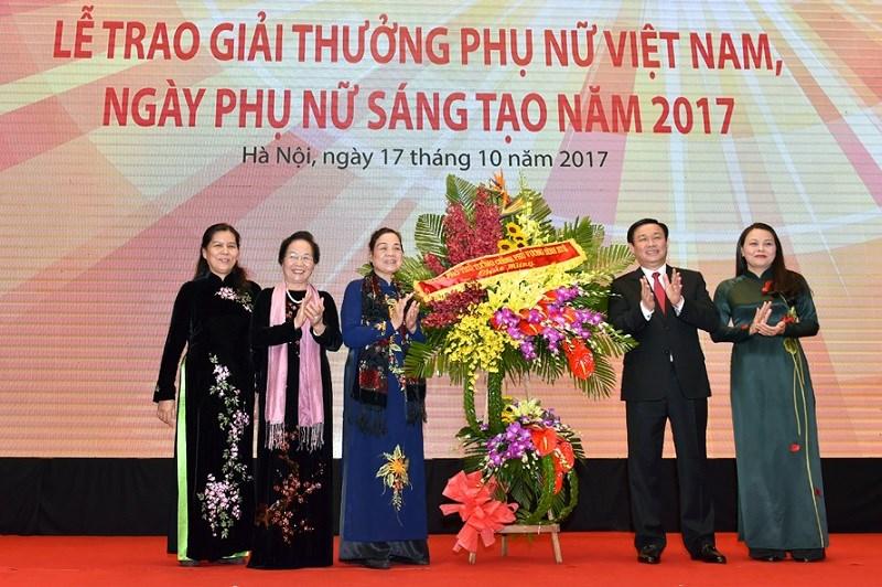 Phó Thủ tướng Vương Đình Huệ tặng hoa chúc mừng Ngày Phụ nữ Việt Nam. Ảnh: VGP/Nhật Bắc