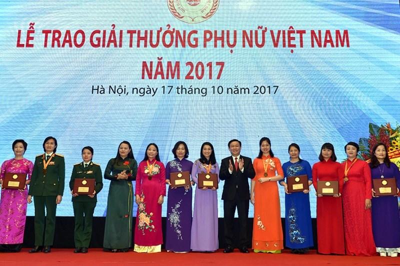 Phó Thủ tướng Vương Đình Huệ trao giải thưởng cho các tập thể đoạt Giải thưởng Phụ nữ Việt Nam năm 2017. Ảnh: VGP/Nhật Bắc