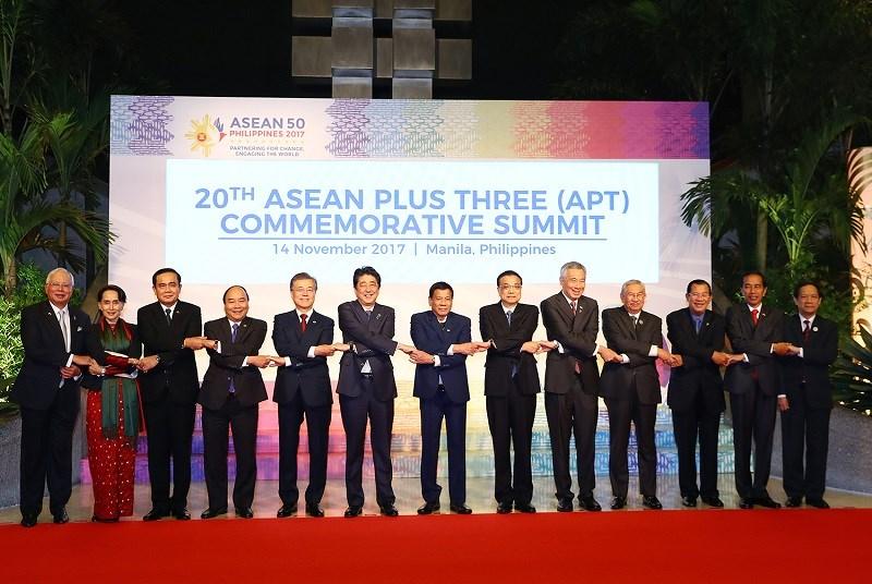 Thủ tướng Nguyễn Xuân Phúc (thứ 4 từ trái sang) cùng các nhà lãnh đạo ASEAN, Trung Quốc, Nhật Bản, Hàn Quốc. Ảnh: VGP/Quang Hiếu