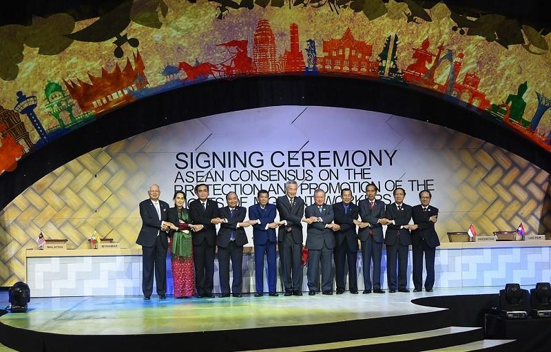 Thủ tướng Nguyễn Xuân Phúc dự lễ ký kết Đồng thuận ASEAN về bảo vệ và thúc đẩy quyền của người lao động di cư. Ảnh: VGP/Quang Hiếu