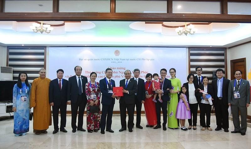 Thủ tướng thăm Đại sứ quán Việt Nam tại Manila, Philippines. Ảnh: VGP/Quang Hiếu