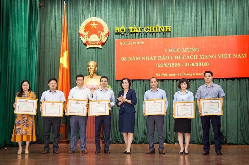 Thứ trưởng Vũ Thị Mai thay mặt Ban cán sự Đảng, Lãnh đạo Bộ trao tặng Bằng khen của Bộ trưởng Bộ Tài chính cho 07 tập thể có thành tích xuất sắc trong công tác thông tin, tuyên truyền giai đoạn 2017-2018.