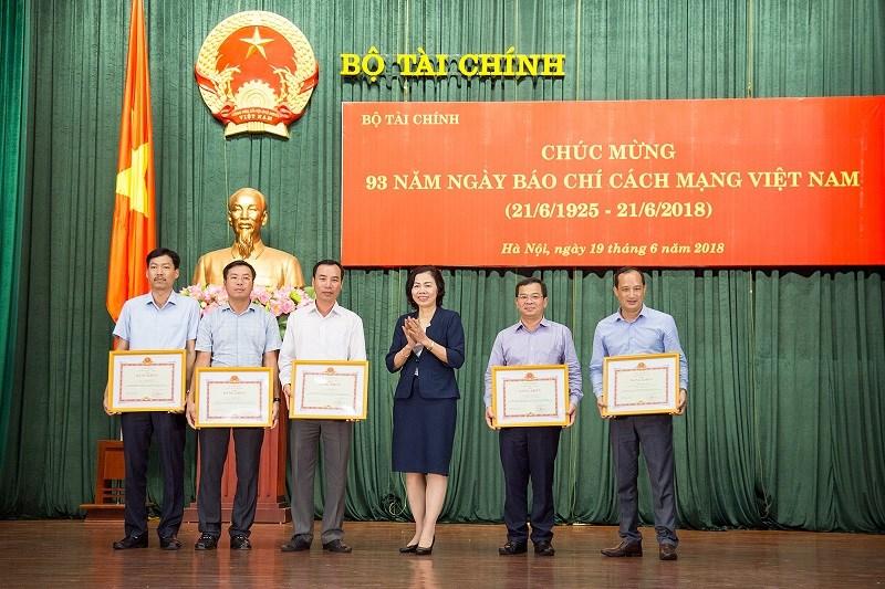 Thứ trưởng Vũ Thị Mai thay mặt Ban cán sự Đảng, Lãnh đạo Bộ trao tặng Bằng khen của Bộ trưởng Bộ Tài chính cho 05 cá nhân có thành tích xuất sắc trong công tác thông tin, tuyên truyền giai đoạn 2017-2018.