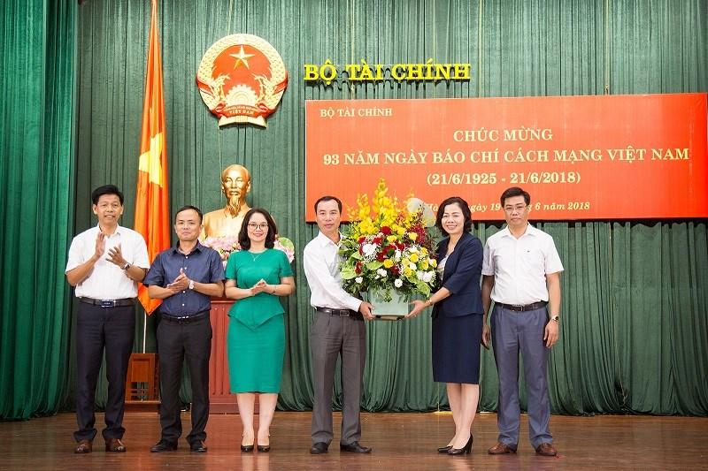 Thứ trưởng Vũ Thị Mai chúc mừng toàn thể cán bộ, phóng viên, biên tập viên, kỹ thuật viên  các cơ quan báo chí, tuyên truyền, xuất bản ngành Tài chính