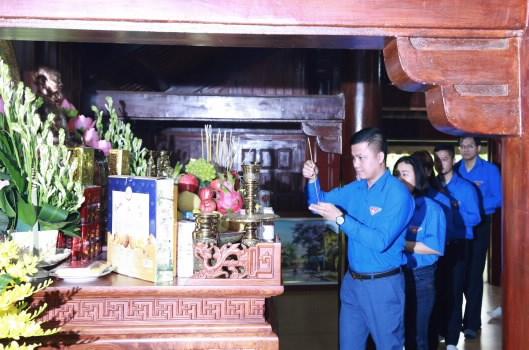 Đoàn thanh niên cơ quan KBNN dâng hương Chủ tịch Hồ Chí Minh tại Nha Ngân khố.