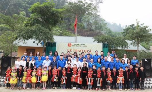 Đoàn viên thanh niên KBNN chụp ảnh lưu niệm với các cháu học sinh Trường Tiểu học Phúc Yên.