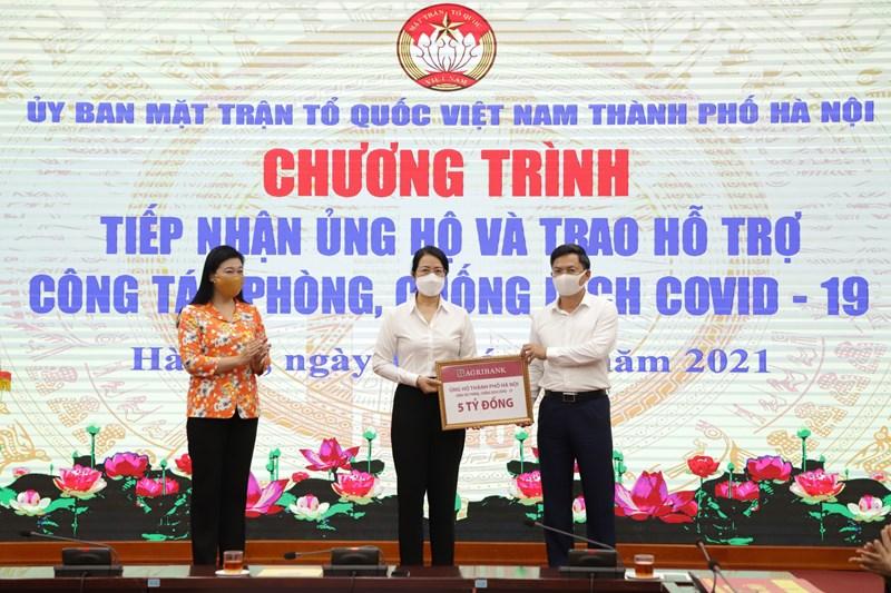 Đại diện Lãnh đạo Agribank trao 5 tỷ đồng ủng hộ phòng, chống dịch bệnh Coivd-19 cho Ủy ban Mặt trân Tổ quốc Việt Nam TP. Hà Nội.
