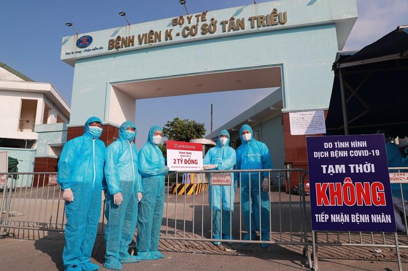 Đại diện Lãnh đạo Agribank trao 2 tỷ đồng ủng hộ phòng, chống dịch bệnh Covid-19 cho Bệnh viện K - Cơ sở Tân Triều.