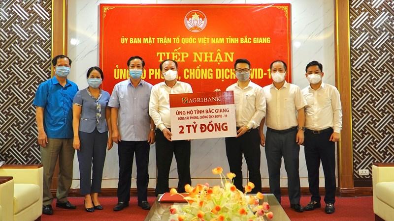 Đại diện Công đoàn Agribank trao 2 tỷ đồng ủng hộ phòng, chống dịch bệnh Covid-19 cho Ủy ban Mặt trận Tổ quốc Việt Nam tỉnh Bắc Giang.