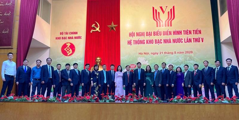 Các đại biểu tham dự Hội nghị Đại biểu điển hình tiên tiến hệ thống KBNN lần thứ V chụp ảnh lưu niệm