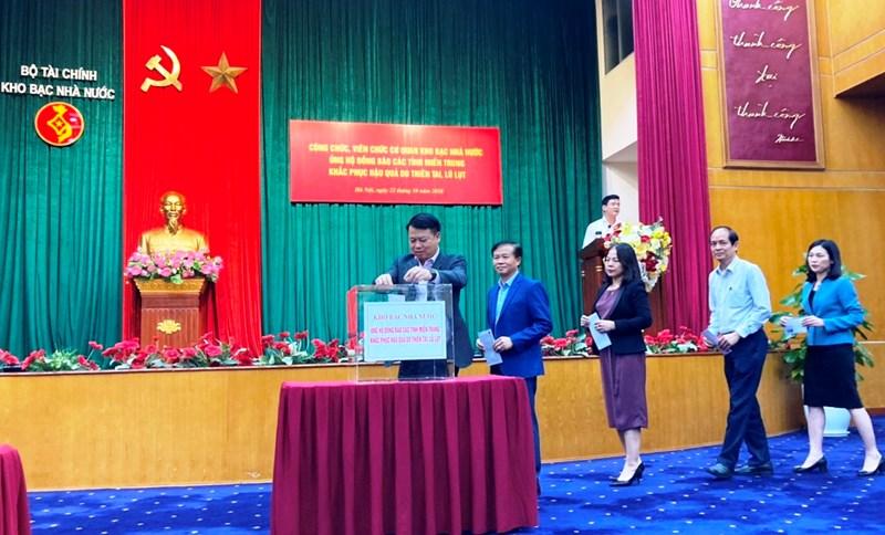 Tổng Giám đốc Kho bạc Nhà nước Nguyễn Đức Chi cùng Ban Lãnh đạo và toàn thể cán bộ, công chức, viên chức, người lao động cơ quan Kho bạc Nhà nước ủng hộ đồng bào các tỉnh miền Trung