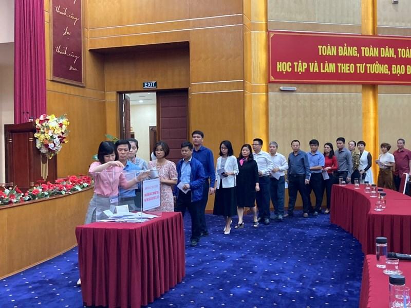 Cán bộ, công chức, viên chức, người lao động tham gia ủng hộ đồng bào miền Trung