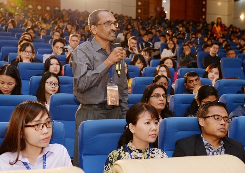 Các diễn giả chia sẻ thông tin tại phiên thảo luận chuyên đề ngành kinh tế, quản trị và kinh doanh