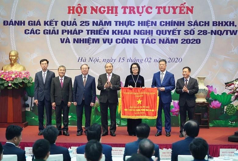 Thay mặt lãnh đạo Đảng và Nhà nước, Thủ tướng Chính phủ Nguyễn Xuân Phúc chúc mừng và ghi nhận những thành tựu nổi bật trong tổ chức thực hiện các chính sách BHXH, bảo hiểm y tế của BHXH Việt Nam suốt 25 năm qua.