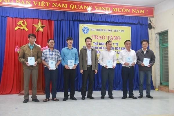 Tổng Giám đốc BHXH Việt Nam Nguyễn Thế Mạnh trao tặng thẻ BHYT cho người dân và đại diện các xã ở huyện Hòa Vang - Đà Nẵng.