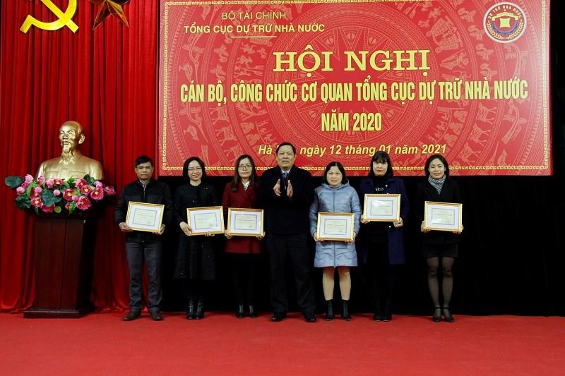 """Tổng cục trưởng Tổng cục DTNN Đỗ Việt Đức trao tặng Kỷ niệm chương """"Vì sự nghiệp Tài chính Việt Nam"""" cho 6 cá nhân thuộc cơ quan Tổng cục DTNN đã có thành tích góp phần xây dựng và phát triển ngành Tài chính Việt Nam."""