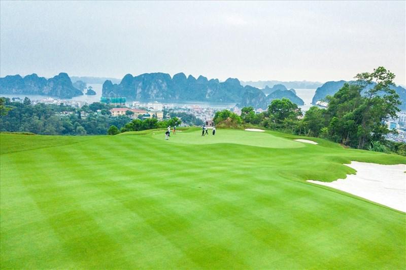 Sân FLC Ha Long Golf Club sở hữu tầm nhìn tuyệt đẹp hướng vịnh biển. Nguồn: FLC