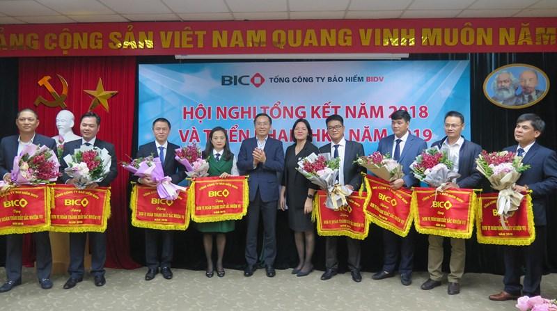 BIC khen tặng các đơn vị hoàn thành xuất sắc nhiệm vụ năm 2018.
