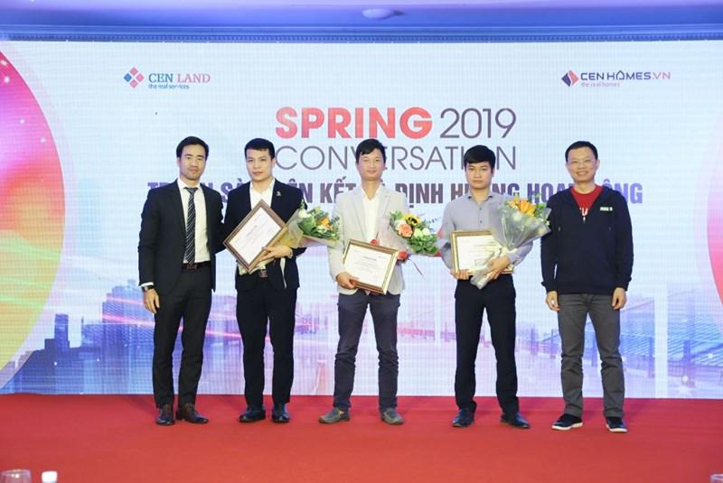 Ông Lê Xuân Nga – Tổng Giám đốc CenHomes và ông Phan văn Hưng – Giám đốc Công nghệ CenGroup vinh danh các Sàn liên kết tại sự kiện.