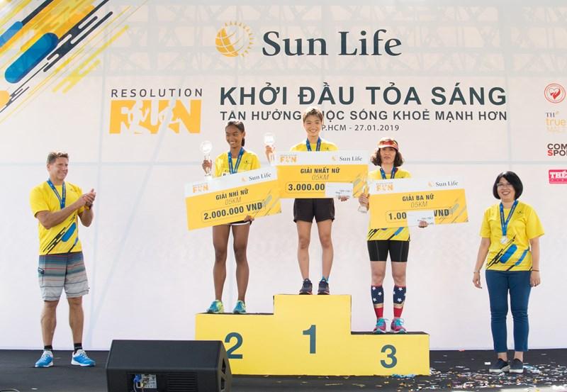 Sun Life Việt Nam trao giải Nhất - Nhì - Ba cho Nữ đường chạy 5 km.