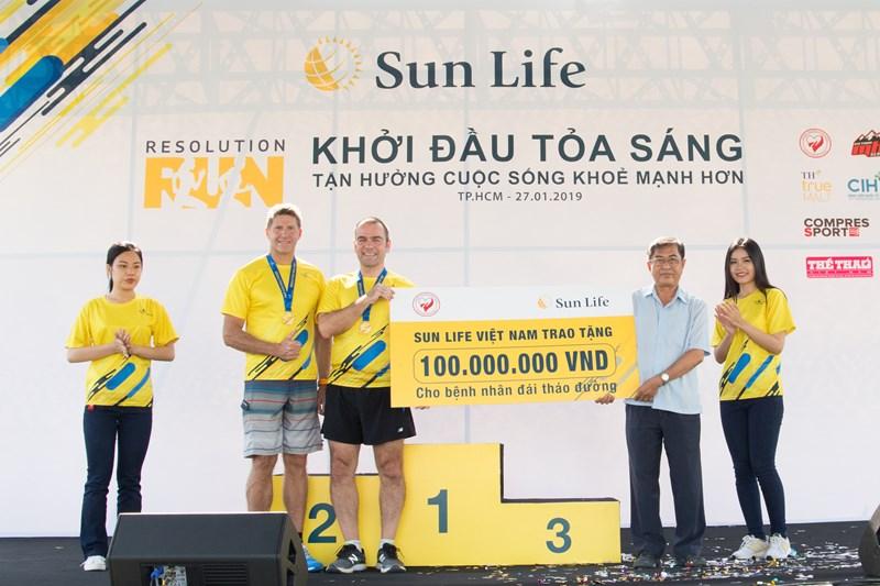 Sun Life Việt Nam trao tặng 100 triệu đồng cho bệnh nhân đái tháo đường.