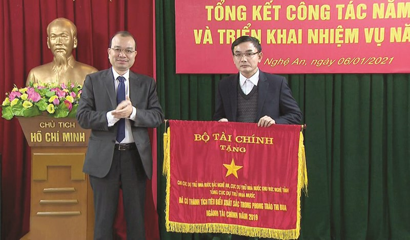 Phó Tổng cục trưởng Tổng cục DTNN Phạm Vũ Anh trao Cờ Thi đua của Bộ Tài chính cho Chi cục DTNN Bắc Nghệ An đã có thành tích tiêu biểu xuất sắc trong phong trào thi đua ngành Tài chính năm 2019.