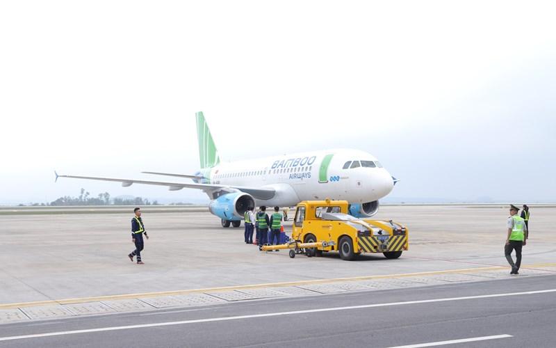 Máy bay của Bamboo Airways hạ cánh xuống Cảng hàng không quốc tế Vân Đồn.