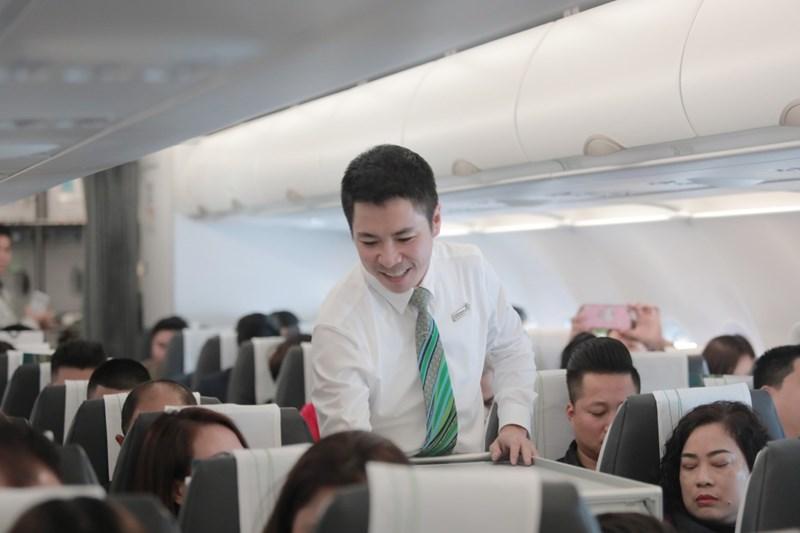 Tiếp viên Bamboo Airways hướng dẫn khách trên máy bay.