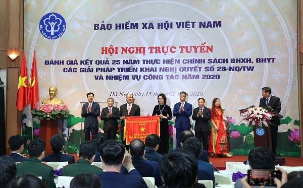 Thủ tướng Chính phủ Nguyễn Xuân Phúc tặng Cờ thi đua của Chính phủ cho BHXH Việt Nam.