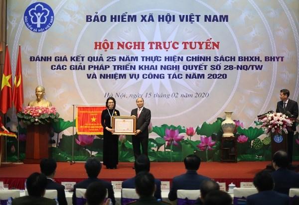 Thủ tướng Chính phủ Nguyễn Xuân Phúc trao tặng Huân chương Độc lập hạng Ba cho Tổng Giám đốc BHXH Việt Nam Nguyễn Thị Minh.