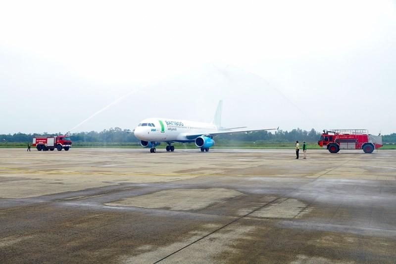 Nghi lễ phun vòi rồng trang trọng chào đón chuyến bay Hà Nội - Vinh của Bamboo Airways.