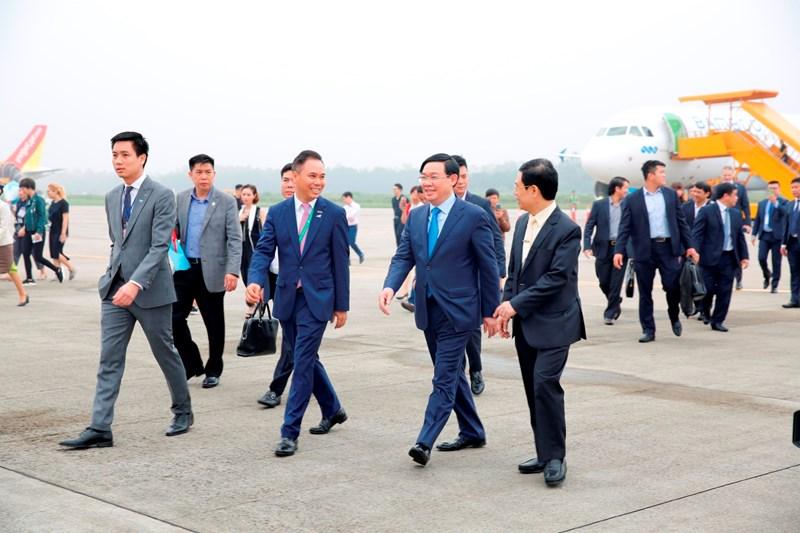 Phó Thủ tướng Chính phủ Vương Đình Huệ cùng nhiều lãnh đạo cấp cao đến Vinh trên chuyến bay mang mã số QH7653 của Bamboo Airways.