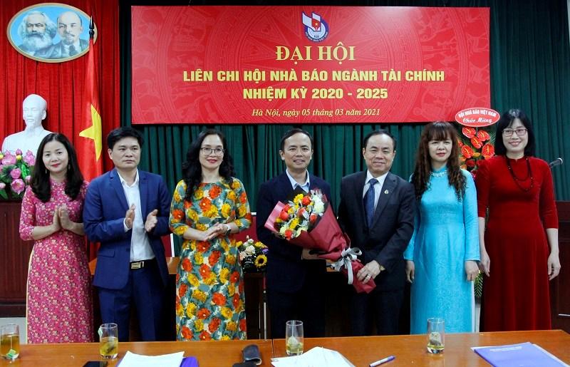 ÔngTrần Bá Dung - Trưởng ban Ban Nghiệp vụ Hội Nhà báo Việt Nam tặng hoa chúc mừng Ban Chấp hành Liên chi hội Nhà báo ngành Tài chính nhiệm kỳ 2020-2025.