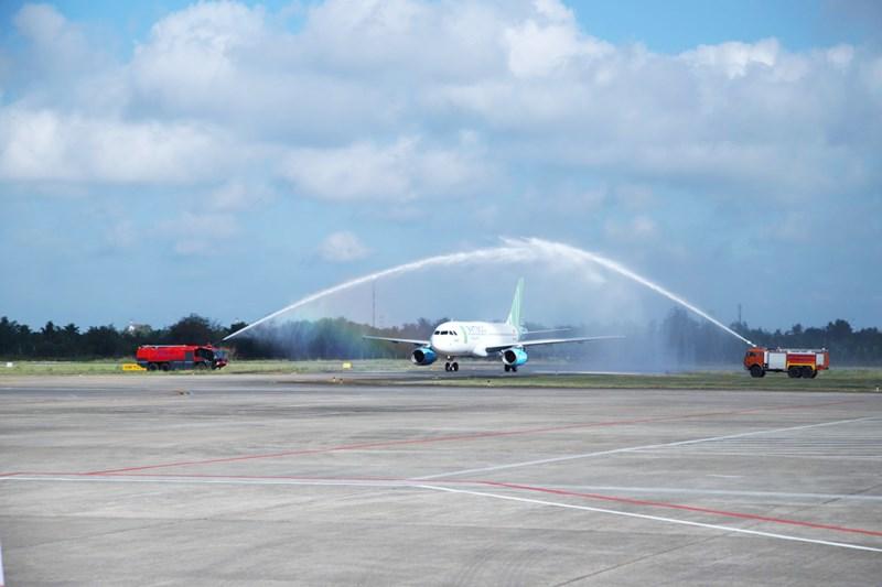Nghi lễ phun vòi rộng chào đón chuyến bay đầu tiên đáp xuống sân bay Cần Thơ.