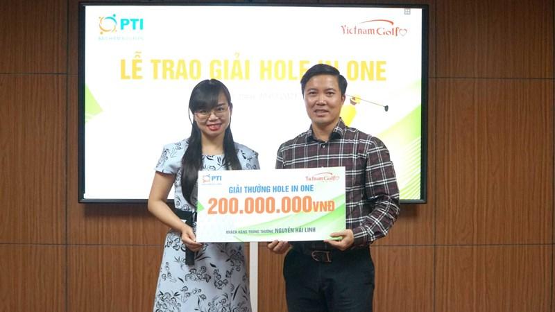 Đại diện PTI trao giải thưởng Hole in one cho golfer Nguyễn Hải Linh trị giá 200 triệu đồng.