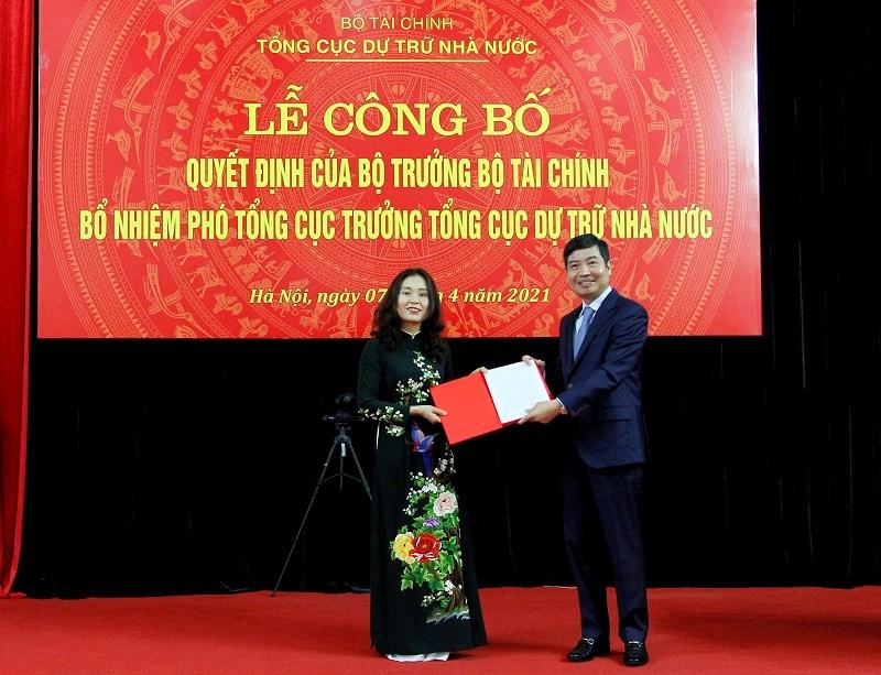 Thứ trưởng Bộ Tài chínhTạ Anh Tuấntrao quyết định bổ nhiệm cho tân Phó Tổng cục trưởng Tổng cục DTNN Nguyễn Thị Phố Giang.