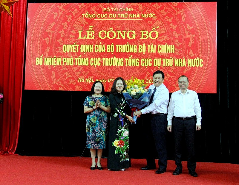 Ban lãnh đạo Tổng cục DTNN chúc mừng bà Nguyễn Thị Phố Giang.