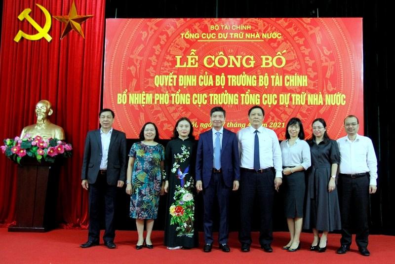 Thứ trưởng Tạ Anh Tuấn và lãnh đạo các đơn vị chúc mừng bà Nguyễn Thị Phố Giang được bổ nhiệm làm Phó Tổng cục trưởng Tổng cục DTNN.