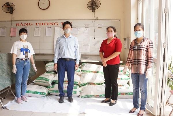 Trung tâm Truyền thông (BHXH Việt Nam) phối hợp với UBND phường Nhân Chính (quận Thanh Xuân, Hà Nội) tặng gạo 4 tấn gạo đến người dân có hoàn cảnh khó khăn trên địa bàn.